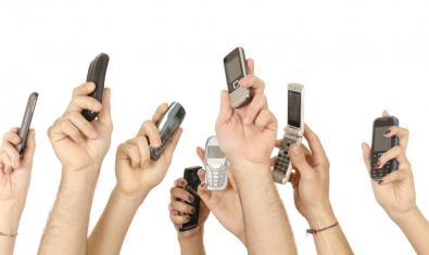 Una imatge de l'exposició de Paco Chanivet que mostra tot de mans aixecades i subjectant telèfons mòbils