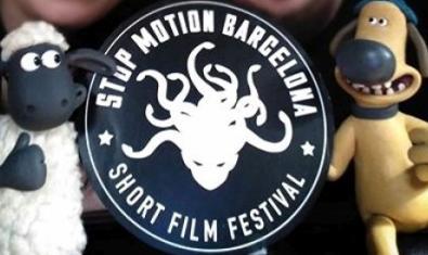 Dos personajes de animación a un lado y otro del logotipo del festival