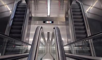 Fotograma d'un dels curts a concurs on es pot veure un laberint d'escales mecàniques