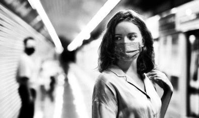 Una noia amb una mascareta a l'andana del metro en una de les imatges promocionals d'aquest concurs de curtmetratges