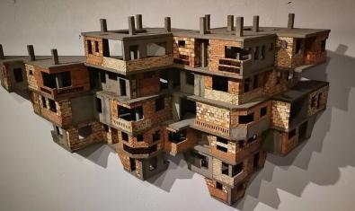 Una obra del artista Mauricio Salcedo que muestra un edificio de formas imposibles