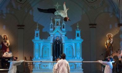 Un moment de la representació del Cirque Alfonse en una escenografia que recorda l'interior d'una església