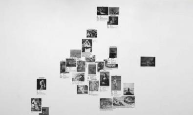 La pared con reproducciones de obras de arte colgadas que encontraréis en la galería