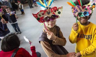 Dos niñas con máscaras