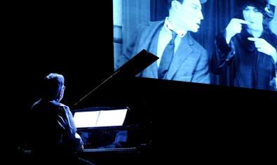 El pianista poniendo música en directo a un film de Buster Keaton