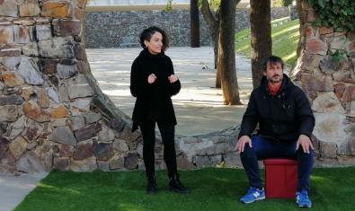 Dos actors de la companyia en una plaça del barri del Raval