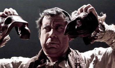 L'actor i director Felipe Cabezas sostenint dues màscares durant una representació teatral