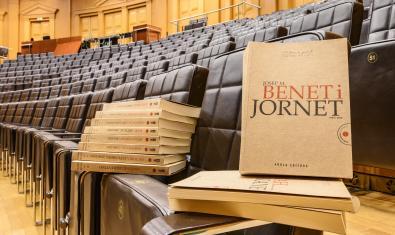 Josep Maria Benet i Jornet i les seves obres de la col·lecció 'Teatres reunits'. Fotografia de ©May Zircus|TNC