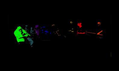 Una imatge dels integrants de la formació tocant en la foscor