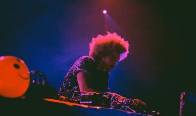 El DJ barceloní darrere els plats durant una actuació
