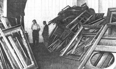 Una de las obras casi fotográficas del artista que muestra un espacio lleno de trastos y bultos dibujado en blanco y negro