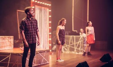 Fotografia dels joves protagonistes a l'escenari