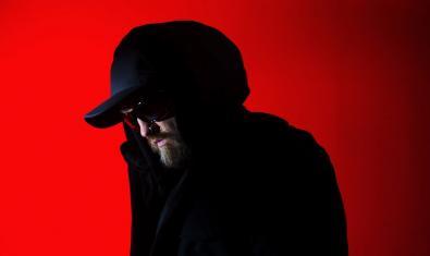 Retrat d'un dels artistes convidats al MIRA amb gorra i ulleres de sol