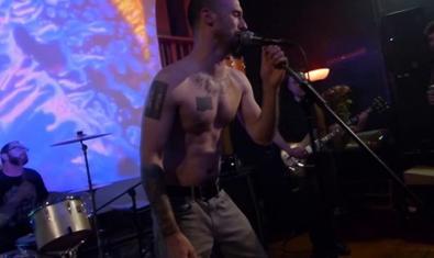 La banda nord-americana en plena actuació amb el cantant sense samarreta en primer pla