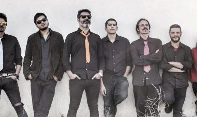 Retrat dels set membres de la banda recolzats contra una paret