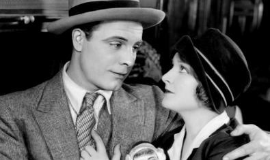 La parella protagonista s'abraça en un moment del film
