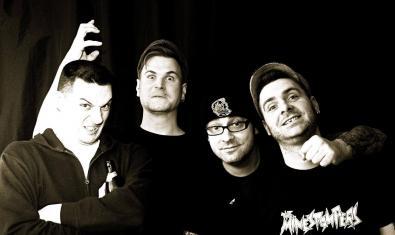 Retrat de grup dels quatre integrants de la banda alemanya fent ganyotes