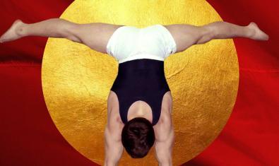 Una imagen de un atleta haciendo el pino ante un gong de color dorado en el cartel que anuncia el espectáculo