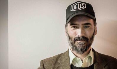 Retrat de l'artista amb barba i una gorra