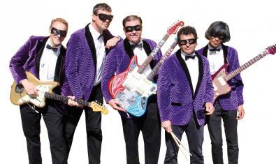 Els membres de quintet amb les seves guitarres i tapant-se la cara amb antifaços