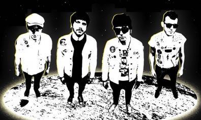 Els membres de la banda retratats com si fossin en un altre planeta i il·luminats per una llum interestel·lar