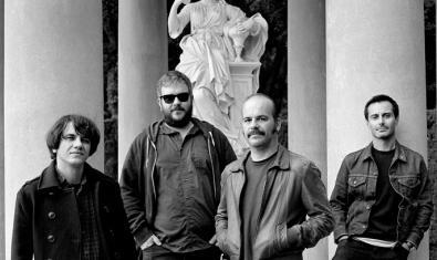 Retrato en blanco y negro de los cuatro integrantes de la formación actual