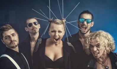 Els cinc membres de la banda amb la vocalista al centre amb tot de llargues agulles aguantant-li els cabells