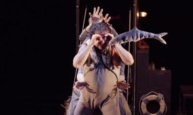 Fotografia de l'espectacle dos actors a l'escenari com si estiguessin al fons del mar