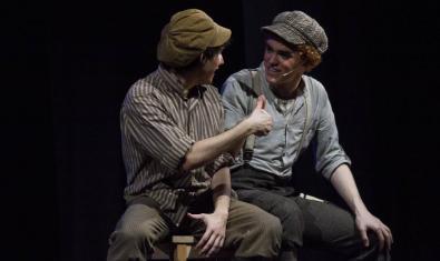 Dos de los actores en el escenario