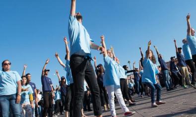 Grup de persones ballant en una plaça
