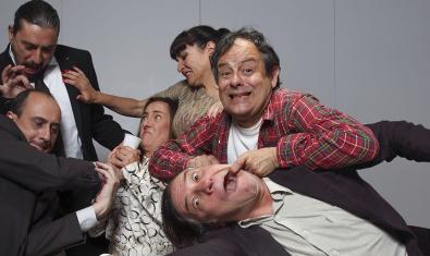 Los seis intérpretes de la comedia 'El tràmit'