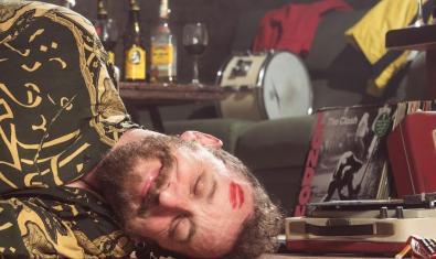 Retrat del músic que es fingeix inconscient i porta la marca d'un llapis de llavis al front