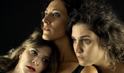 Retrat de grup de primer pla de les tres actrius protagonistes de la funció