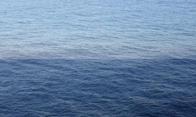Una de las fotografías de la serie que muestra los diversos tonos de azul del mar
