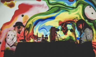 Dos artistas de una edición anterior del encuentro protagonizan un show que combina la música electrónica y unas proyecciones llenas de color
