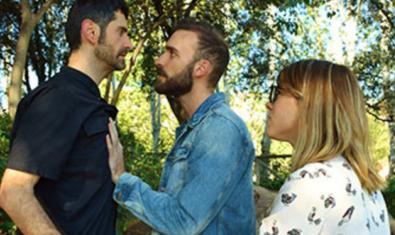 Los tres protagonistas de la obra, dos hombres y una mujer, en plena discusión