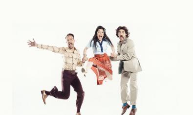 Imagen promocional de la comedia 'Un cop l'any', con el director y los dos intérpretes