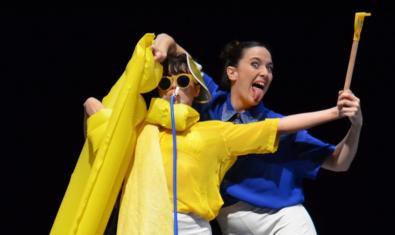 Dues ballarines de dansa contemporània interpretant una dansa disfressades i amb un matalàs de platja
