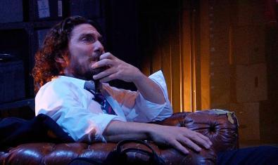 L'actor protagonista assegut en una butaca en un moment de la representació
