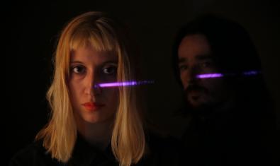 Retrat del duet de músics en la foscor i amb un raig de llum creuant-los la cara