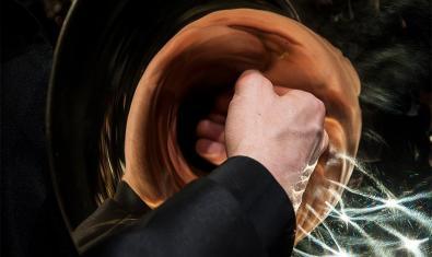 Fotografia d'un mà amb una trompeta