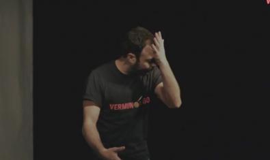 Uno de los humoristas del Llantiol en plena actuación