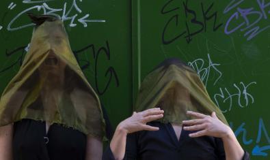 Les dues actrius protagonistes del muntatge retratades amb un vel de color vermell sobre la cara