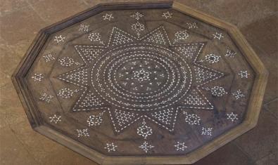 Taula del segle XVI que es conserva al monestir decorat amb la tècnica del pinyonet