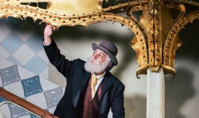 Fotografia de l'actor que fa de gaudí durant la visita