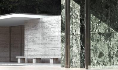 Un dels espais del Pavelló amb marbres de diversos colors i columnes d'acer.