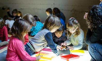 Niños y niñas realizando los talleres con una mesa de luz