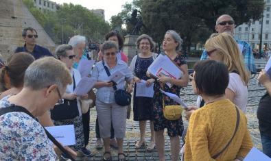Imatge d'una visita guiada a la plaça de Catalunya, espai d'on surt l'itinerari 'Aprendre a mirar'