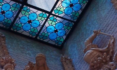 Uno de los vitrales del palacio del Baró de Quadras