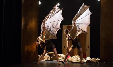 Fotografía del espectáculo dos bailarines con una ala de tejido